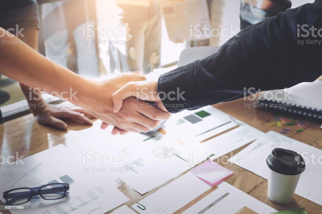 Concepto de Asociación de negocios. hombre de negocios dándose la mano durante una reunión en la oficina, éxito, tratando, saludo. foto de stock libre de derechos