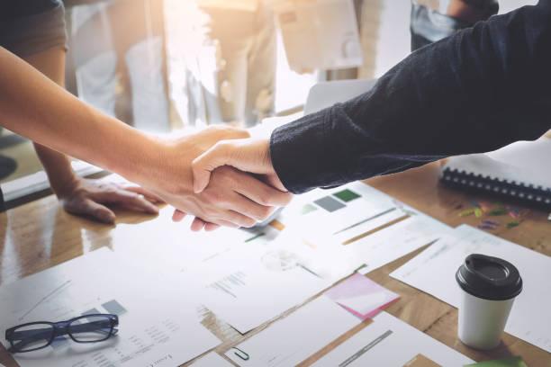 Concept de partenariat commercial. homme d'affaires se serrant la main lors d'une réunion dans le bureau, succès, face, salutation. - Photo
