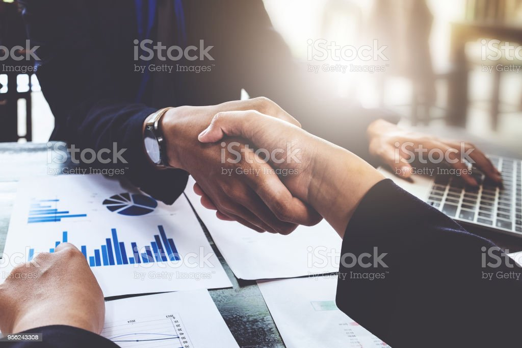 Business Partnerschaft Consult und Meeting-Konzept. Bild Unternehmenshilfe Handshake. Erfolgreiche Geschäftsleute Händeschütteln nach guter Deal. Meeting-Konzept. – Foto