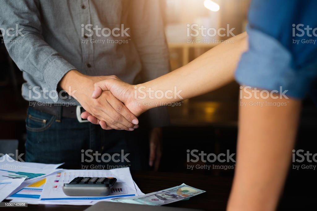 Geschäftskonzept Partnerschaft treffen. Bild Unternehmenshilfe Handshake. Erfolgreiche Geschäftsleute Händeschütteln nach guter Deal. Gruppe-Support-Konzept. – Foto