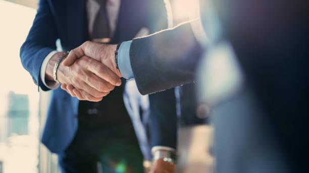 réunion de partenariat d'affaires dans le bureau - se saluer photos et images de collection