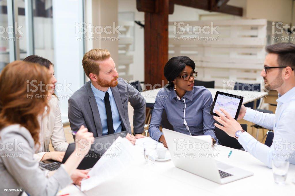 Pessoas de negócios, análise financeiro gráfico com uma analista financeiro - foto de acervo