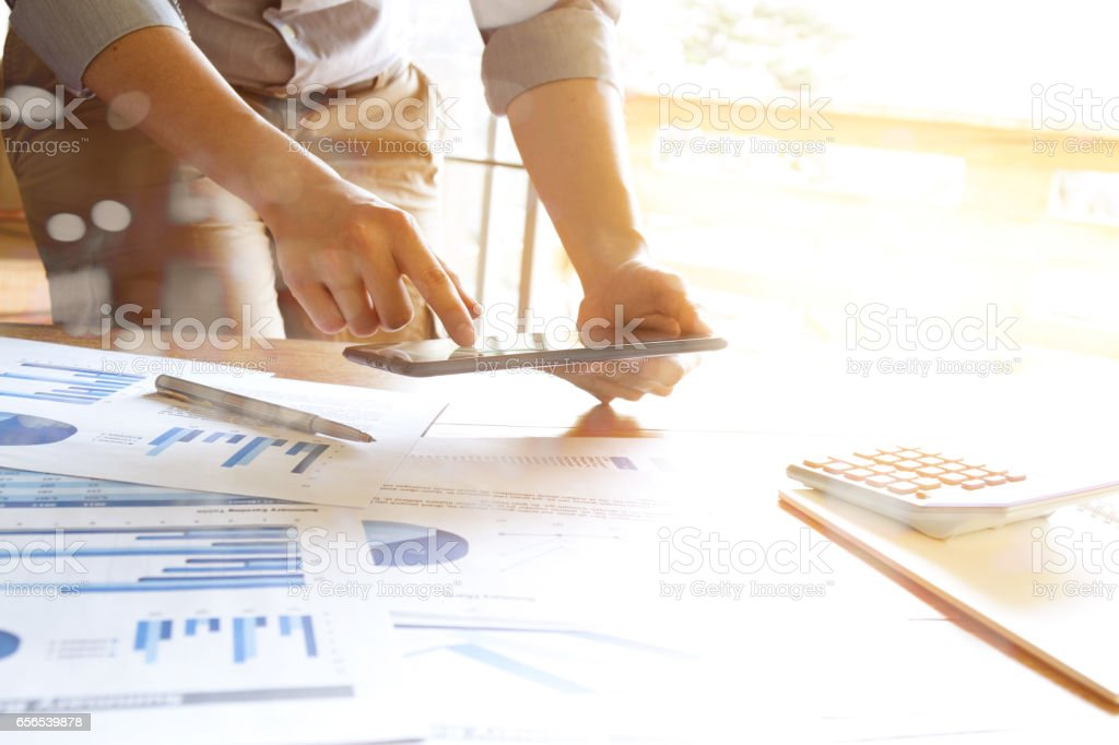 business people analyzing graph and chart document on office desk – Foto