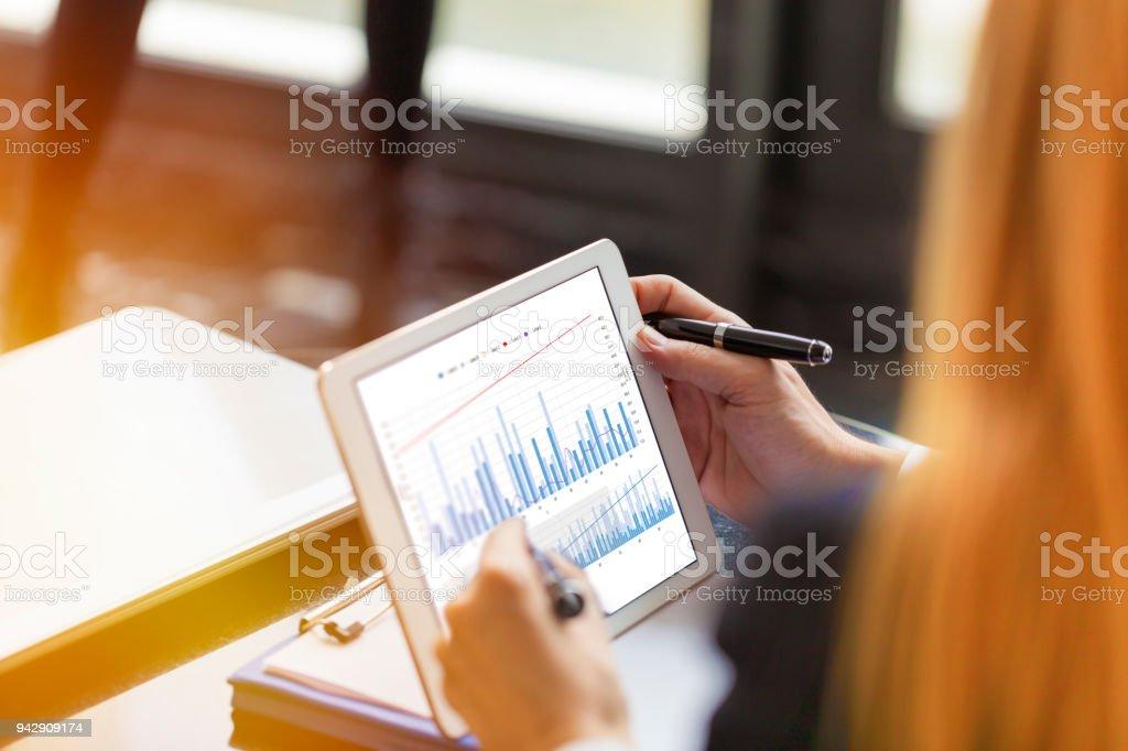 Geschäftsleute Analyse Graph mit Digital-Tablette – Foto