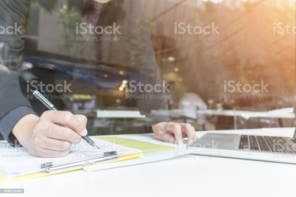Business people analyzing investment charts in meeting room – Foto
