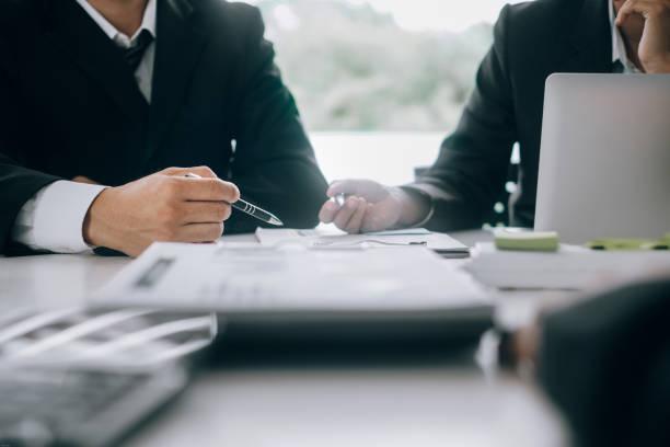 Geschäftsleute analysieren Investitionsdiagramm-Meetings Brainstorming und diskutieren Plan im Besprechungsraum, Anlagekonzept – Foto