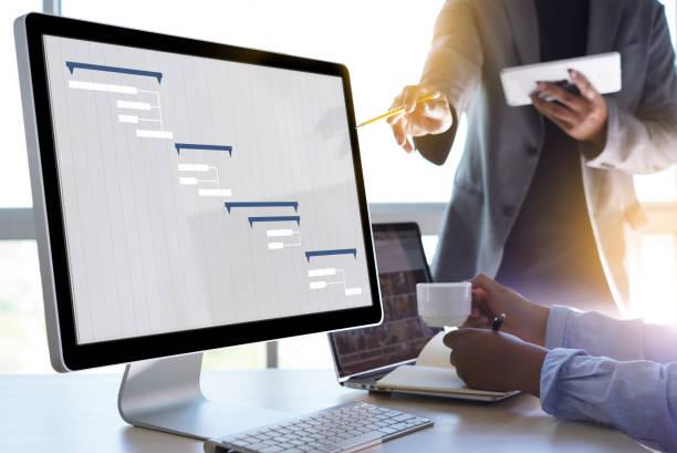 människor analysera projekt företagsledning uppdatera gantt-diagram - projektledning bildbanksfoton och bilder