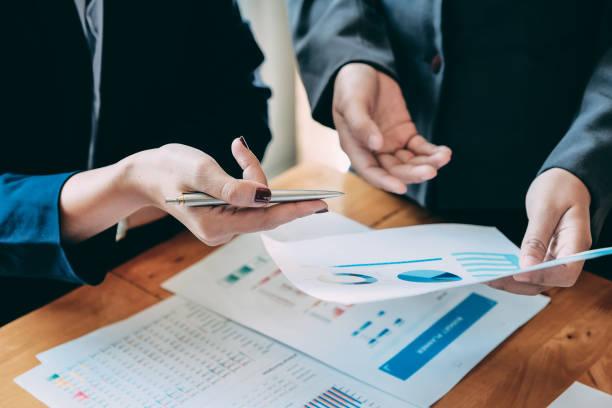 Business People Analysieren von Statistik Geschäftsdokumenten, Finanzkonzept – Foto