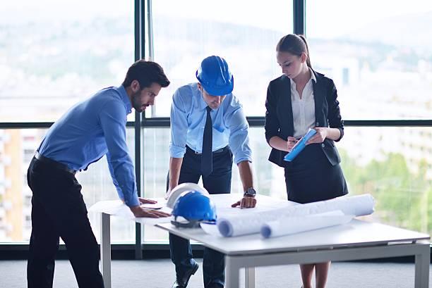 Geschäftsleute und Ingenieure auf Tagung – Foto