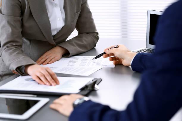 Geschäftsleute und Anwalt diskutieren Vertragsunterlagen sitzen am Tisch, Hände hautnah. Teamwork oder Gruppenbetriebskonzept. – Foto
