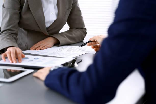 Geschäftsleute und Anwalt diskutieren Vertragsunterlagen sitzen am Tisch, Hände hautnah. Teamwork oder Gruppenbetriebskonzept – Foto
