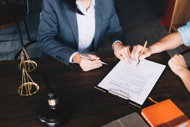 mensen uit het bedrijfsleven en advocaten besprak overeenkomst papieren en contract, advies en juridische diensten concept. - notaris stockfoto's en -beelden