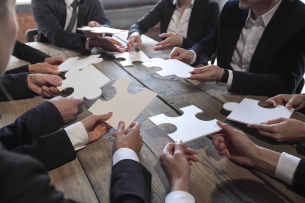Geschäftsleute und Puzzle – Foto