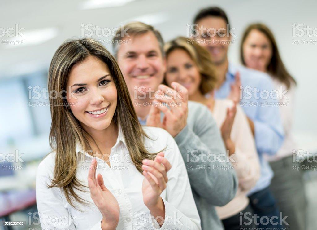 Pessoas de negócios aplaudindo em uma reunião foto royalty-free
