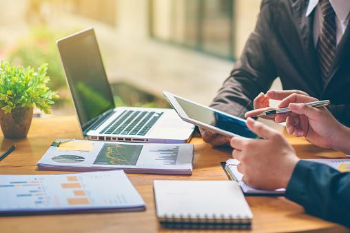 打ち合わせしているビジネスマン|KEN'S BUSINESS|ケンズビジネス|職場問題の解決サイト