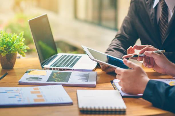 geschäftsleute analysieren und planen geschäfte. business strategy consulting - leitende position stock-fotos und bilder