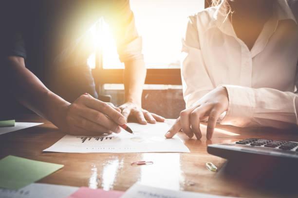 Geschäftsleute treffen sich für Analyse Daten zahlen, Business-Strategien zu planen. Business Konzept, Vintage Ton diskutieren – Foto