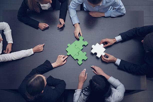Gens d'affaires assemblage puzzle - Photo
