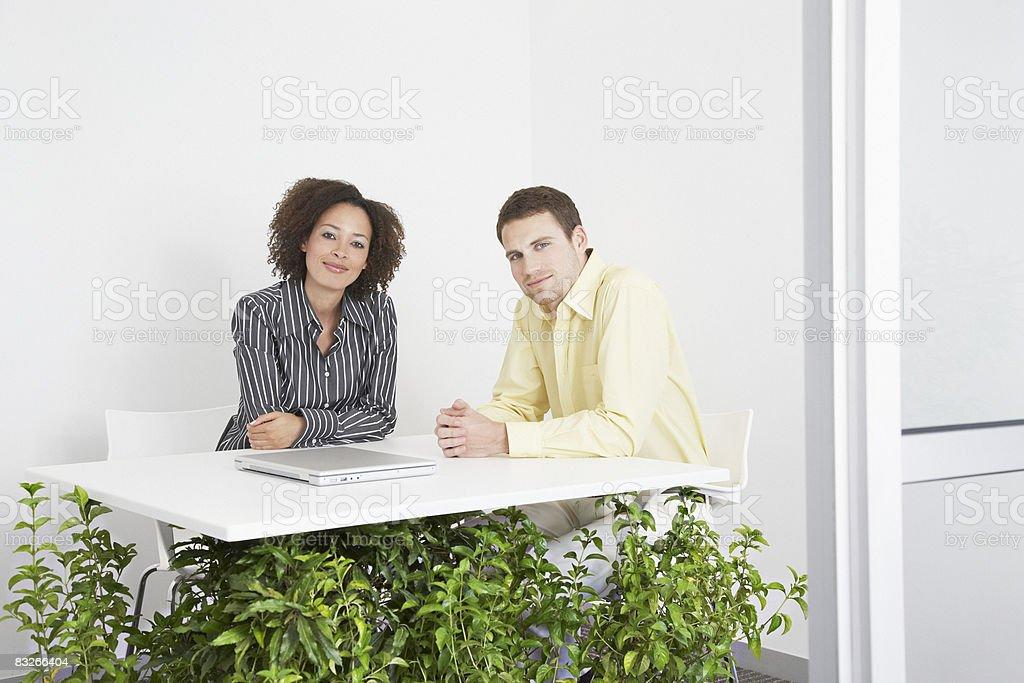 Gente de negocios en escritorio, con el apoyo de las instalaciones foto de stock libre de derechos