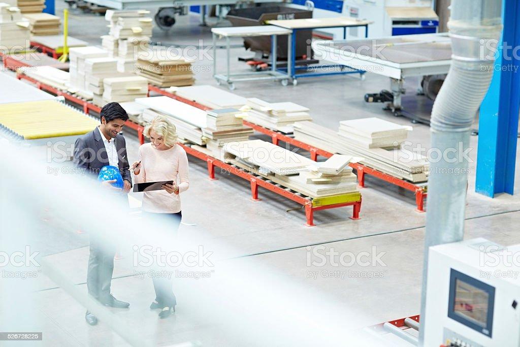 Pessoas de negócios na fábrica shopfloor - foto de acervo