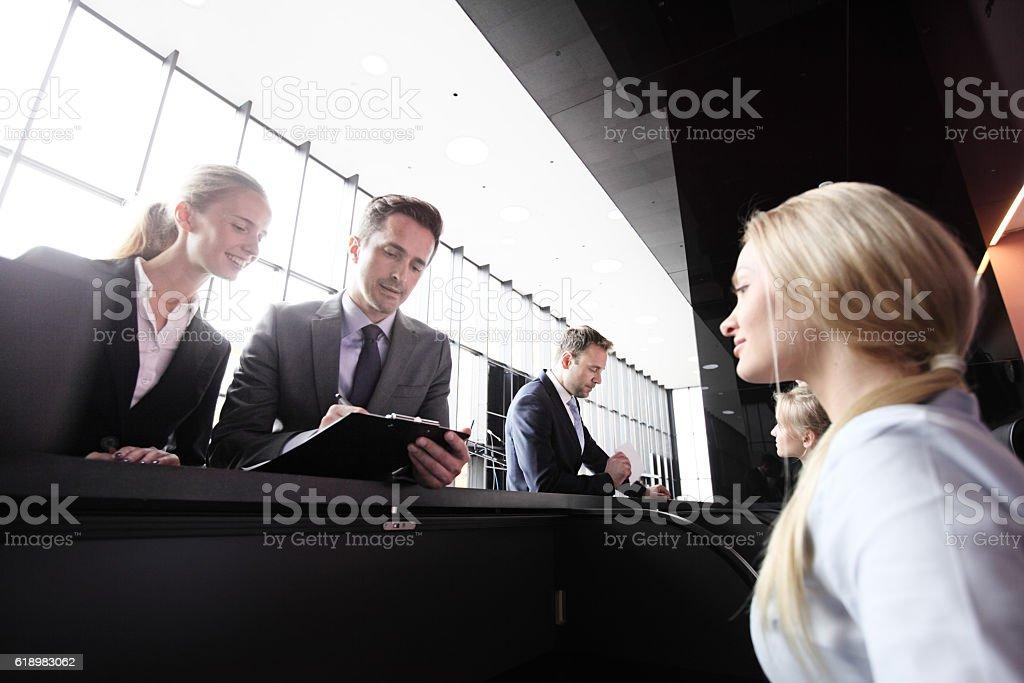 フロントデスクでのビジネス人々 ストックフォト