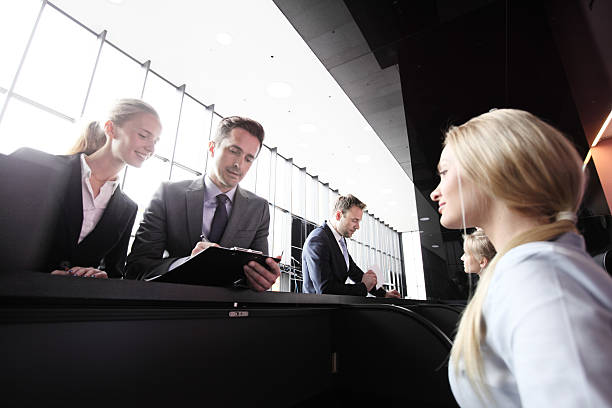 フロントデスクでのビジネス人々 - 受付係 ストックフォトと画像