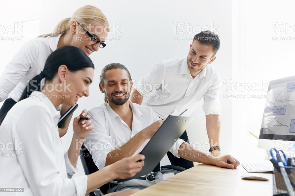 Empresarios en reunión compartir Ideas, trabajar en oficina. - Foto de stock de Adulto libre de derechos