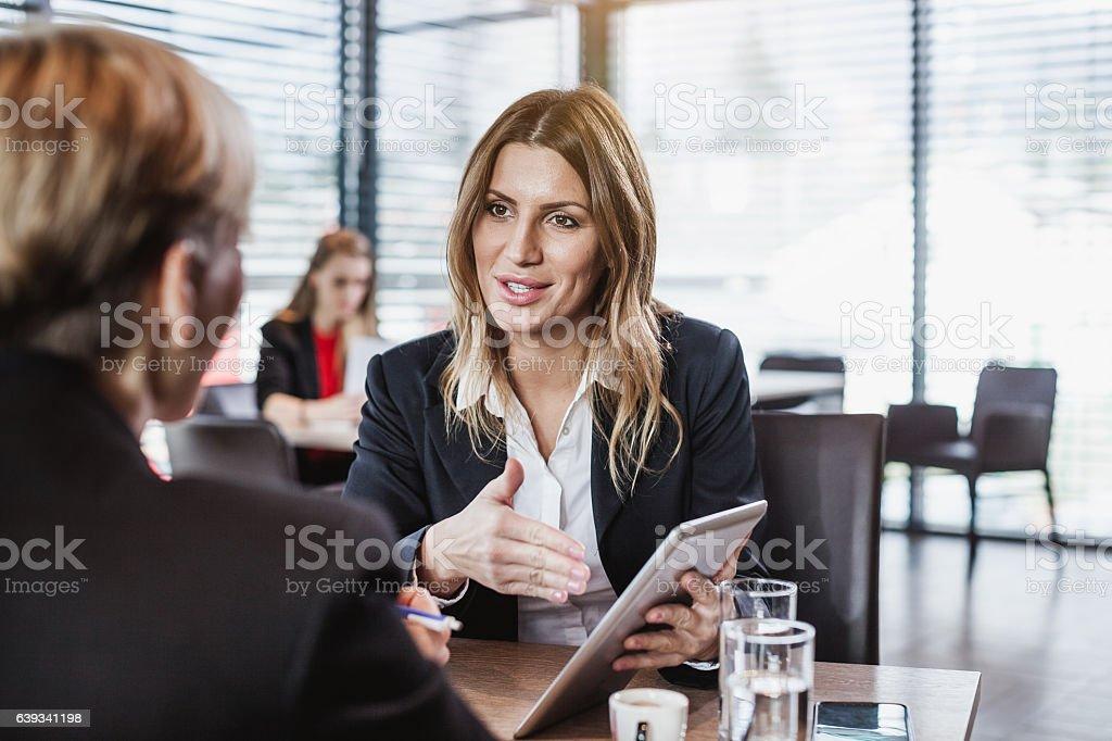 Business People at the Cafe Restaurant - Lizenzfrei Am Telefon Stock-Foto