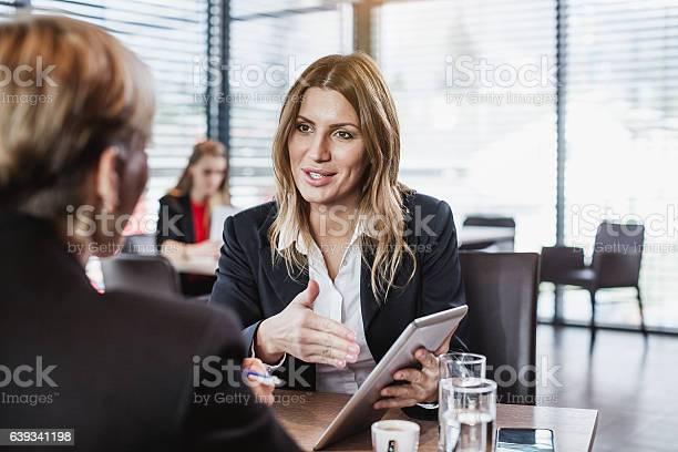 Geschäftsleute Im Cafe Restaurant Stockfoto und mehr Bilder von Am Telefon