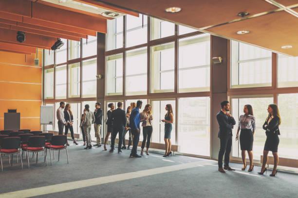 mensen uit het bedrijfsleven een conferentie bijwoont - zakenbijeenkomst stockfoto's en -beelden