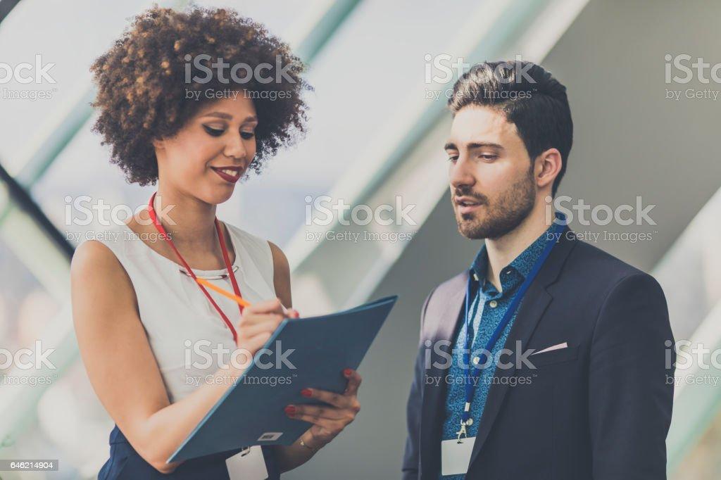 Las personas de negocios que asisten a una conferencia - foto de stock