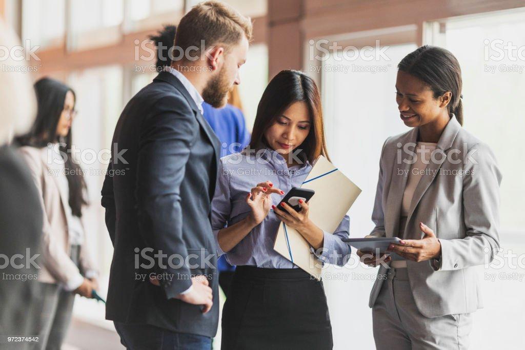 Geschäftsleute, die an einer Tagung teilnehmen  – Foto
