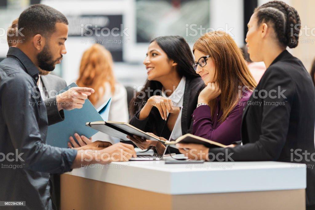 Geschäftsleute, die Teilnahme an einer Ausstellung – Foto