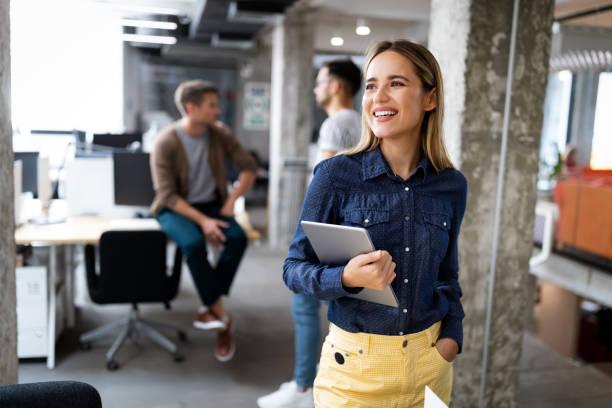 Geschäftsleute beim Brainstorming und Chatten im Büro am Arbeitsplatz – Foto