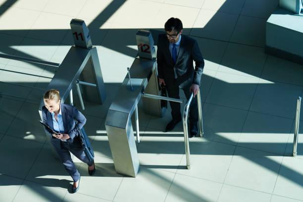 ビジネスの方々 の仕事に来る - 門 ストックフォトと画像