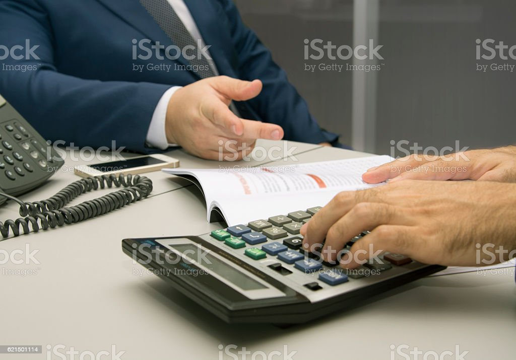 Business people counting on calculator at the office photo libre de droits