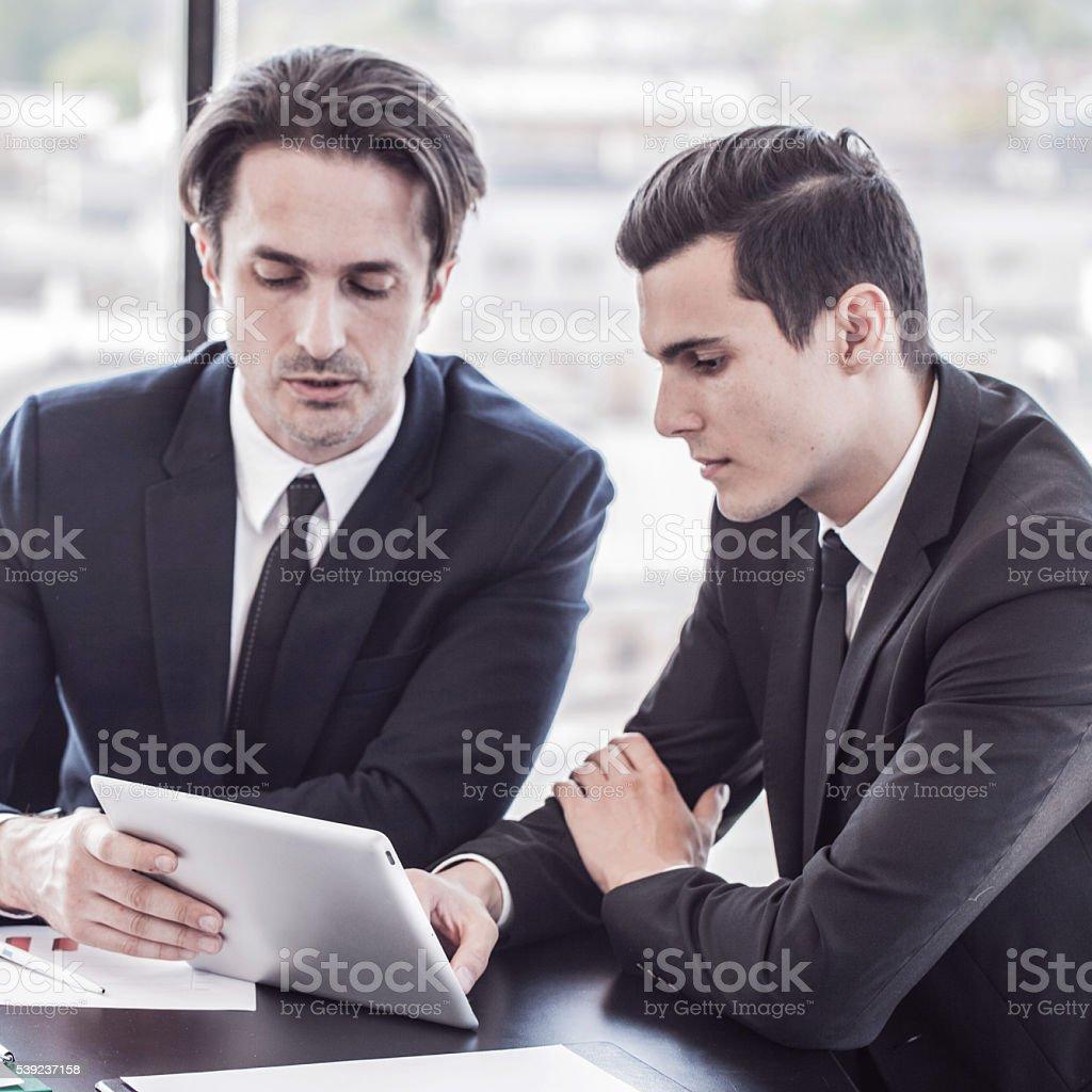 Gente de negocios analizar gráficos foto de stock libre de derechos