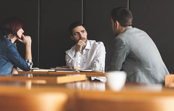 Gens d'affaires de parler dans un café - Photo