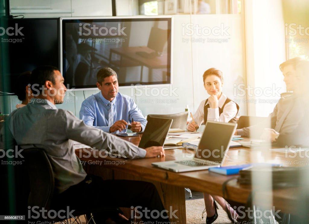 Geschäftsleute im Sitzungsraum diskutieren – Foto