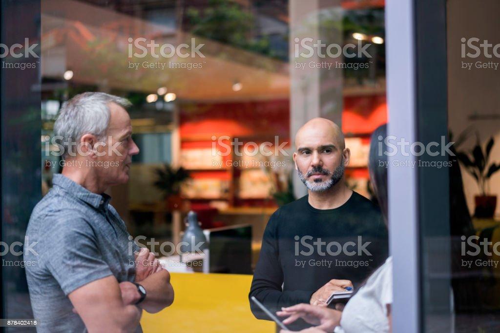 Geschäftsleute in Kreativbüro zu erörtern – Foto