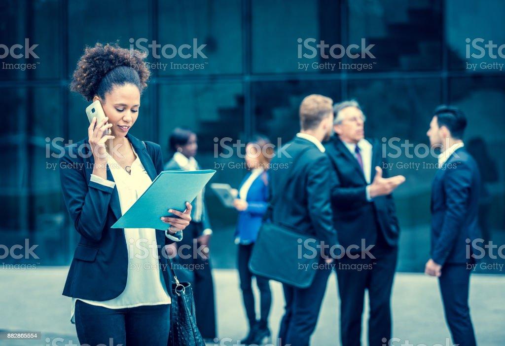 Business-Leute diskutieren vor Gebäude – Foto