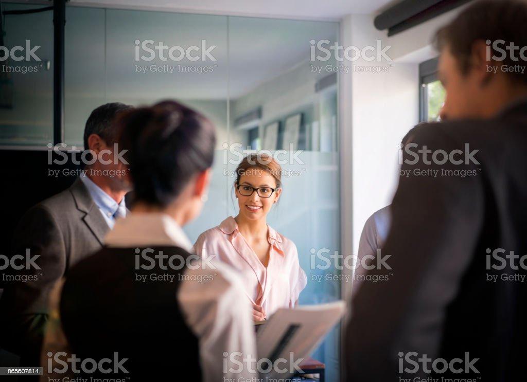 Geschäftsleute in Meeting im Büro zu erörtern – Foto