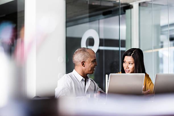 ludzie biznesu dyskutujący w biurze - selektywna głębia ostrości zdjęcia i obrazy z banku zdjęć