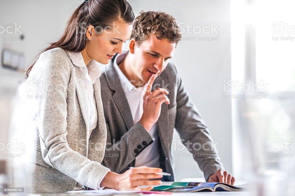 Geschäftsleute sprechen im Büro  – Foto