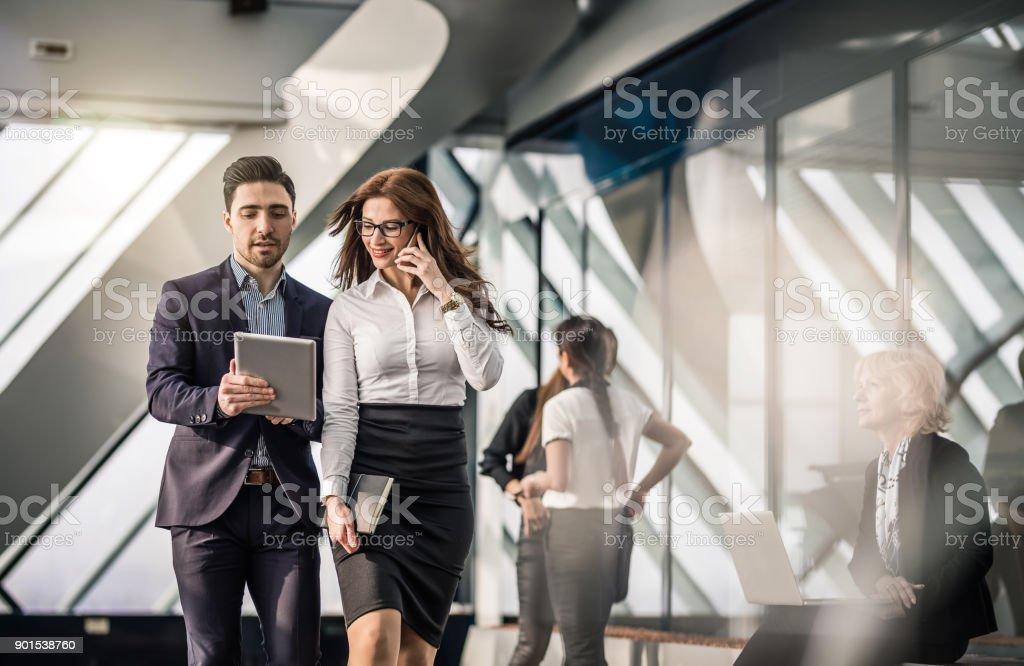 Business-Leute diskutieren im Büro – Foto