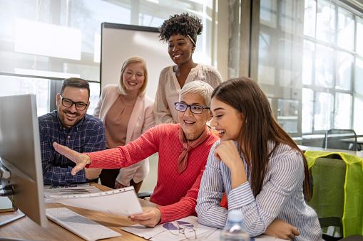 会話をしているオフィスワーカーたち|KEN'S BUSINESS|ケンズビジネス|職場問題の解決サイト