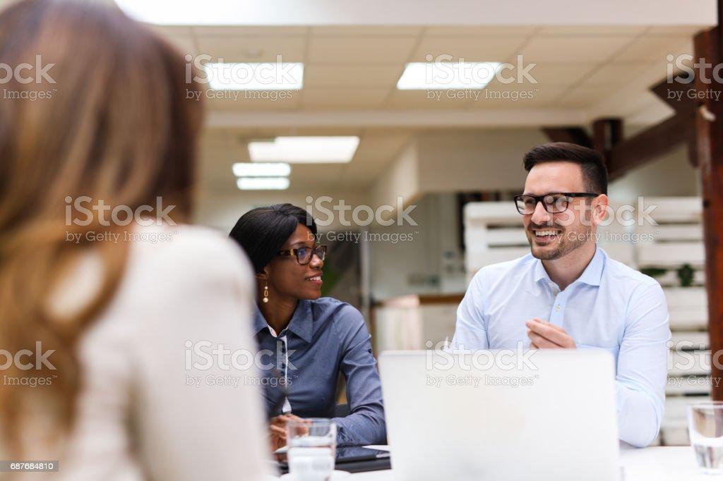 Pessoas de negócios, discutindo a estratégia com uma analista financeiro - foto de acervo