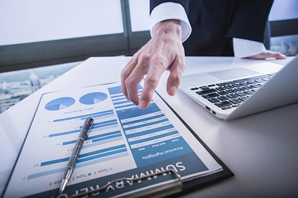 Geschäftsleute über die Diagramme und Grafiken zeigen die Auflösung  – Foto