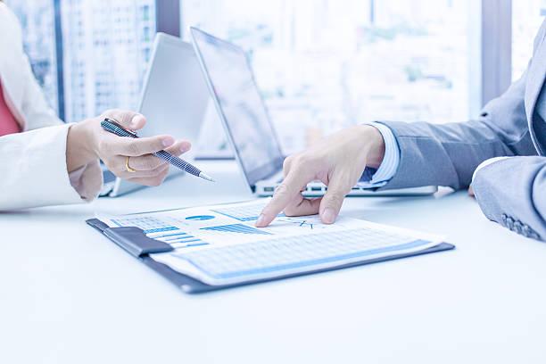 Geschäftsleute über den charts – Foto