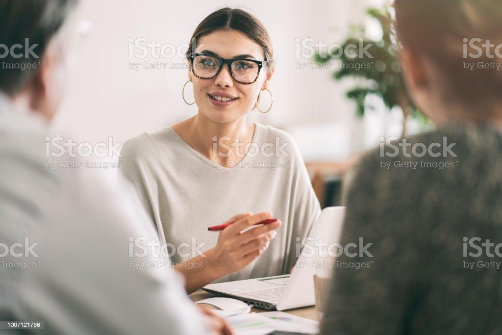 Concept de conseiller commercial personnes discussion - Photo